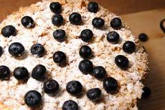 Bär av blåbär ligger på kakan Napoleon Idén av att dekorera hemlagade kakor Royaltyfria Foton
