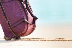 Bär bagage på den sandiga stranden Arkivbild