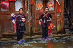 Bär bondaktiga bönder för asiatiska kvinnor, behandla som ett barn på baksida i lantligt. Fotografering för Bildbyråer