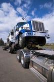 Bär den halva lastbilen för den kraftiga stora riggen in att koppla ihop en annan halv tru Arkivbilder