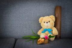 Bär, der auf Sofa sitzt Lizenzfreie Stockfotos