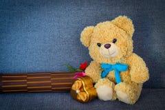 Bär, der auf Sofa sitzt Stockfotografie