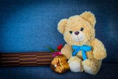 Bär, der auf Sofa sitzt Stockbilder