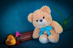 Bär, der auf Sofa sitzt Lizenzfreies Stockfoto