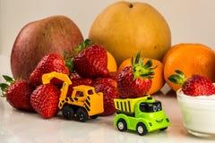 Bär frukt fabriken med leksaker royaltyfri bild