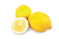 Bär frukt nya citroner för närbild och skivan som isoleras på vit bakgrund Mogna, saftiga nya ljusa gula citroner Fotografering för Bildbyråer