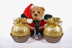 Bär gekleidet als Santa Claus mit Geschenken auf einem weißen Hintergrund Stockfotos