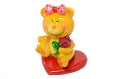 Bär-Mädchen, das eine Rose hält Stockfoto