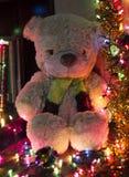 Bär mit Weihnachtslicht-Hintergrund Stockfotografie