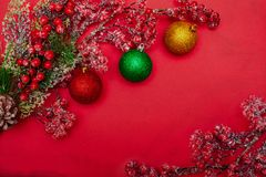 Bär på en filial och julbollar fotografering för bildbyråer