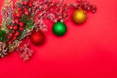 Bär på en filial och julbollar royaltyfria foton