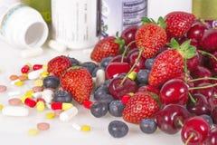 Bär, vitaminer och näringsrika tillägg arkivbild