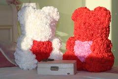 Bär von Rosen mit Herzen lizenzfreies stockbild