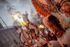 Bära den rituella brand arkivbild