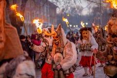 Bära den rituella brand, medan marschera Arkivbild