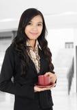 Bära en kopp av tea Arkivbild