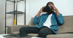 B?ra en VR-h?rlurar med mikrofon arkivfilmer