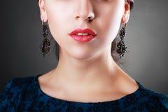 Bära för kvinna örhängen arkivbilder