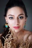 Bära för kvinna örhängen arkivfoto