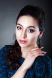 Bära för kvinna örhängen royaltyfri foto