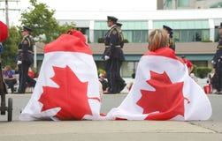 Bära flaggan på den Kanada dagen Fotografering för Bildbyråer
