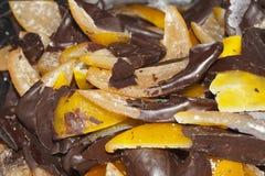 Bära frukt med choklad, peel av apelsiner med choklad Royaltyfria Foton