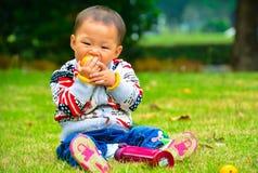 Bära frukt och behandla som ett barn tillväxt Royaltyfria Foton