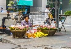 Bära frukt och blomma stallen i gatorna av Bangkok Arkivfoto