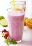 bära fruktt smoothies Fotografering för Bildbyråer