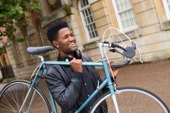 Bära hans cykel Royaltyfria Bilder