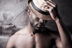 Bära hans favorit- hatt fotografering för bildbyråer