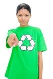 Bärande återvinningtshirt för avkopplad modell som pekar på kameran Arkivbilder