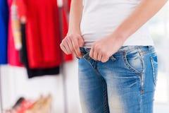 Bärande åtsittande jeans. fotografering för bildbyråer