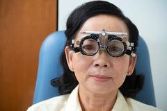Bärande ögonläkareexponeringsglas för vuxen etnisk kvinna Royaltyfri Fotografi