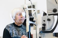 Bärande ögonpathc för hög kvinna efter laser-kirurgitillvägagångssätt på oftalmologikliniken arkivbilder