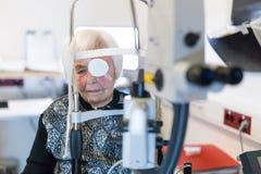 Bärande ögonpathc för hög kvinna efter laser-kirurgitillvägagångssätt på oftalmologikliniken royaltyfri fotografi