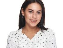 Bärande örhängen för glad nätt ung student fotografering för bildbyråer