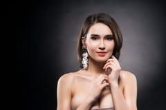 Bärande örhängen för härlig blandad asiat-caucasian loppflicka arkivfoto