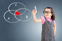 Bärande affärsklänning för gullig liten flicka och dra det genomskurna cirkeldiagrammet på whiteboard background card congratulat Royaltyfri Bild