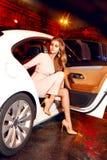 Bärande aftonmakeup för härlig ung sexig blondin i trendigt stilfullt sammanträde för elegant monteringsklänning i kabin av den d Royaltyfria Bilder