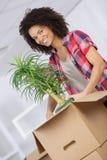 Bärande ask för säker affärskvinna till det nya kontoret Royaltyfri Bild