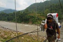 Bärande askar för man, Chitwan, Nepal Arkivfoton