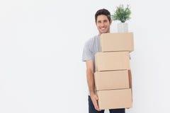 Bärande askar för man, därför att han är inflyttningen per nytt hus Arkivfoto