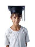Bärande avläggande av examenhatt för barn Arkivbilder