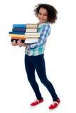 Bärande böcker för aktiv barnskolaunge arkivbilder