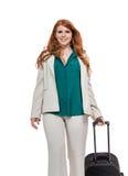 Bärande bagage för affärskvinna Royaltyfri Bild