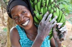 Bärande bananer för kvinna, Tanzania Arkivbilder