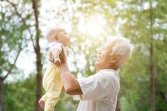 Bärande barnbarn för morförälder Arkivfoton