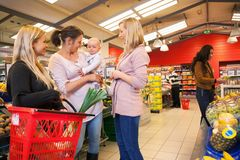 bärande barnvänner mother shopping Royaltyfri Bild