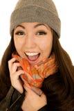 Bärande beanie för glad upphetsad asiatisk amerikansk tonårig kvinnlig modell Arkivbild